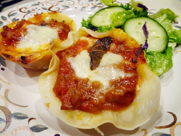 lasagna-muffins-with-salad