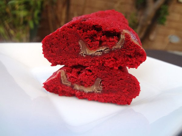 red-velvet-cookies-stuffed-with-caramel-side