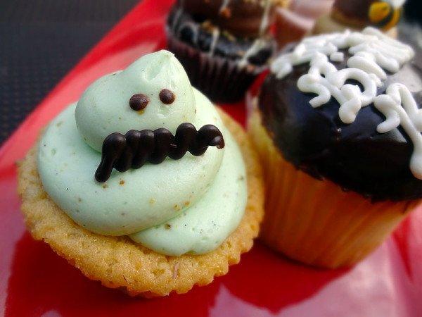 pistachio-mustachio-cupcake