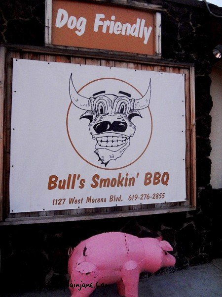 bulls-smokin-bbq-outside-sign