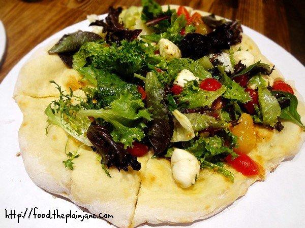 mozzarella-salad-pizza