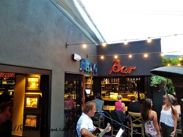 patio-bar-singer